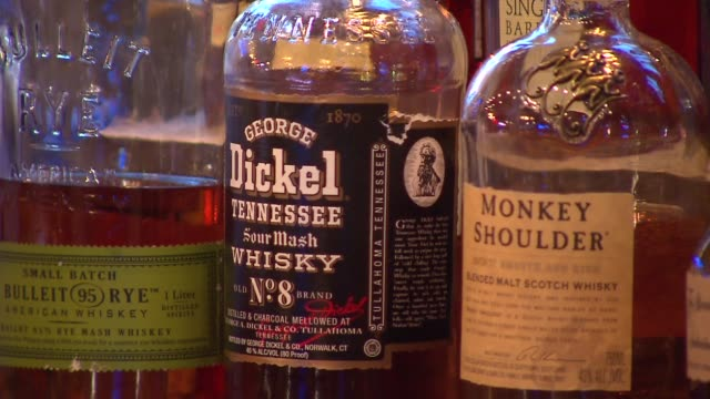 bulliet 95 rye, george dickel tennessee sour mash whiskey and monkey shoulder blended malt scotch whiskey. headquarters bar in downtown chicago... - マッシュポテト点の映像素材/bロール