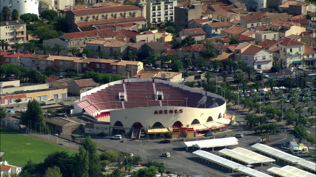 low aerial, bullring in montpellier, languedoc-roussillon, france - モンペリエ点の映像素材/bロール