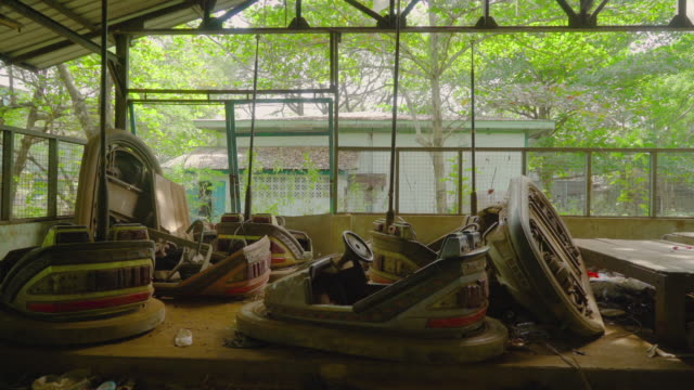 bumper cards in an abandoned theme park - in rovina video stock e b–roll