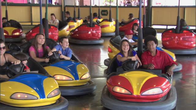 stockvideo's en b-roll-footage met bumper cars at knott's berry farm theme park - botsauto