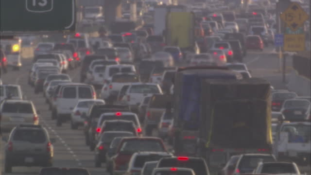 vidéos et rushes de ms bumper to bumper traffic on highway in heat haze / san francisco, california, usa - major road