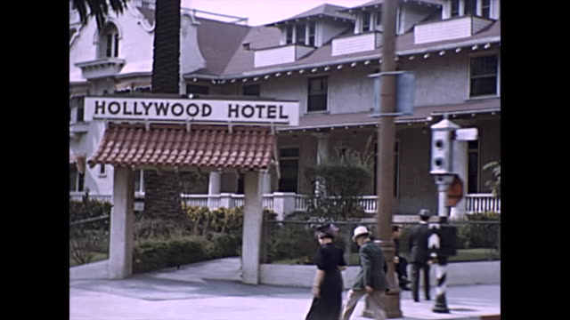 vídeos de stock, filmes e b-roll de bumpy shot of the hollywood hotel and grauman's chinese theatre , filmed through a car window driving on hollywood boulevard 1946 - 1946