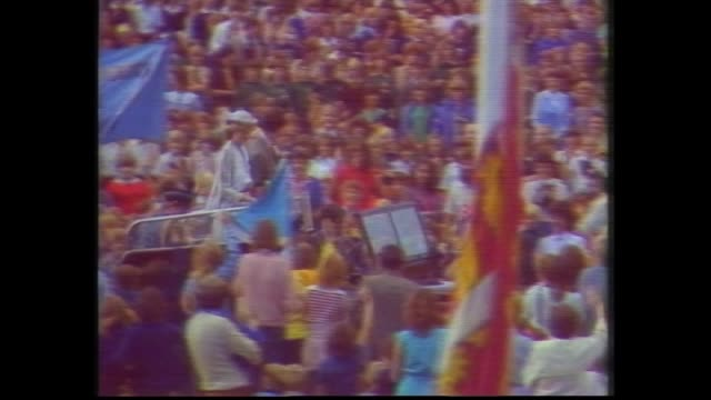 tracking shot oval / naval guard at oval and crowds / school children / royal car arrives – prince charles and princess diana out / press on portable... - anno 1983 video stock e b–roll