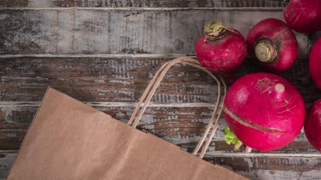 vidéos et rushes de bouquet de radis rouge fraîche, sur une table en bois. fond de nourriture. vue de dessus, espace copie - table top view