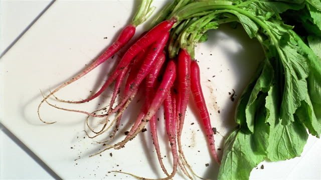 CU PAN bunch of radishes on plate