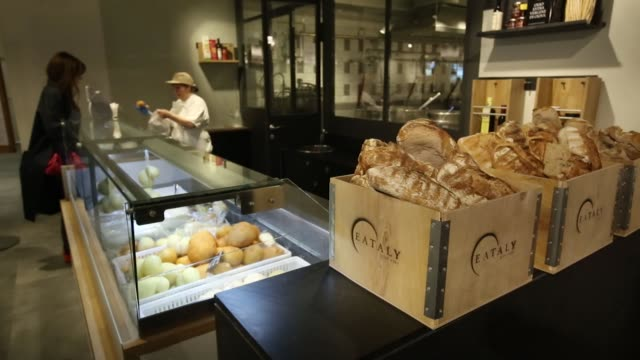 vidéos et rushes de bundles of fresh handmade pasta sit for sale inside the new eataly food store operated by eataly net srl at the kievsky shopping mall in moscow... - for sale petite phrase