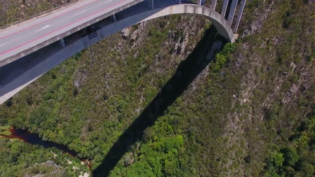 vídeos y material grabado en eventos de stock de bungee jumper jumping off the blourkrans bridge - puenting