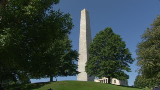 ws bunker hill monument, granite obelisk commemorating battle of bunker hill and bunker hill lodge / charleston, massachusetts, usa  - massachusetts stock videos & royalty-free footage