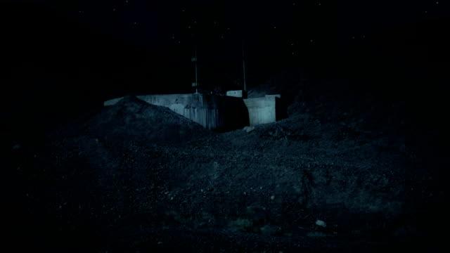 Bunker in der Wüste bei Nacht