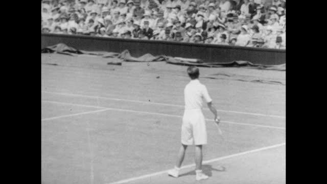 vidéos et rushes de hw bunny austin in action on centre court at the all england lawn tennis and croquet club in wimbledon south east london circa 1935 - terrain de jeu