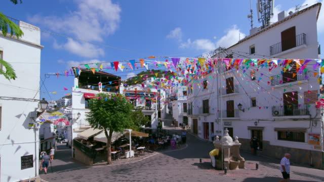 vídeos y material grabado en eventos de stock de buntins in town centre, casares, andalusia, spain - villa asentamiento humano