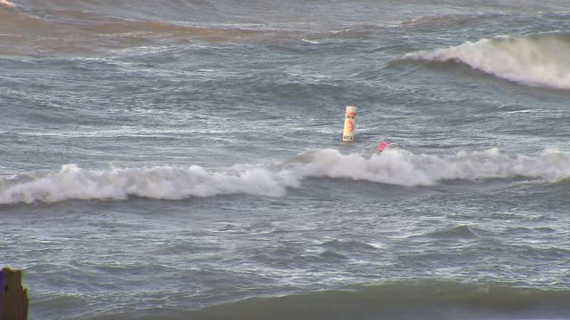 vídeos de stock, filmes e b-roll de buoy in lake michigan at south boulevard beach on july 23 2013 in evanston illinois - boia equipamento marítimo de segurança