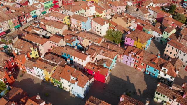 上からカラフルなブラーノ島を家します。 - ヴェネツィア点の映像素材/bロール