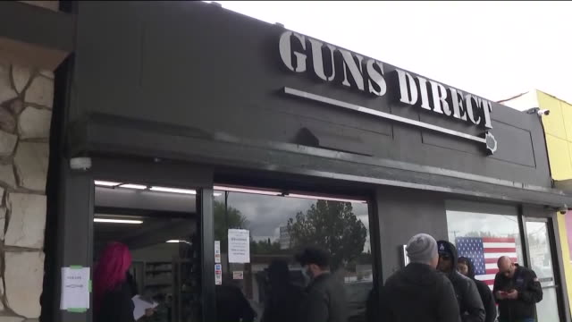 stockvideo's en b-roll-footage met ktla burbank ca us people waiting in line at gun store during covid19 outbreak in burbank on friday march 20 2020 - vuurwapenwinkel