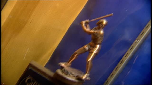 burbank high school trophy display case burbank california - präsentation hinter glas stock-videos und b-roll-filmmaterial
