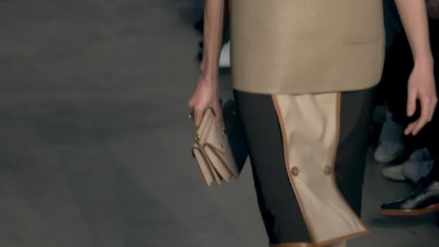 vidéos et rushes de slomo runway burberry at london fashion week february 2019 burberry on february 17 2019 in london united kingdom - burberry
