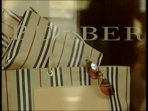 vidéos et rushes de burberry executive payout itn london regent street exterior of burberry store cms bags and sunglasses in window cms belt in window cms hat in window... - burberry