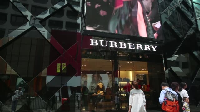 vidéos et rushes de a burberry logo is displayed on an advertisement at the companys store on canton road in the tsim sha tsui area of hong kong on tuesday oct 28... - burberry