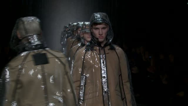 vidéos et rushes de milan men's fashion week a/w 2011 on january 16 2011 in milan italy - burberry