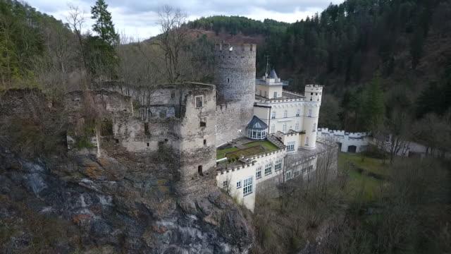 stockvideo's en b-roll-footage met burg hartenstein - burg hartenstein castle in lower austria from above 04 - lower austria