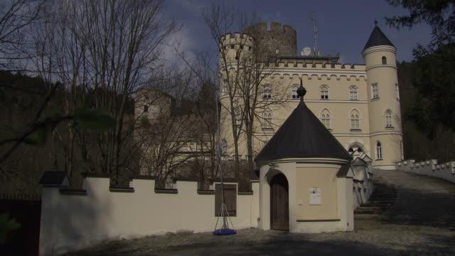 stockvideo's en b-roll-footage met burg hartenstein - entrance to burg hartenstein castle in lower austria - lower austria