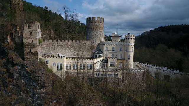 stockvideo's en b-roll-footage met burg hartenstein - view of burg hartenstein castle in lower austria from a stream below - lower austria