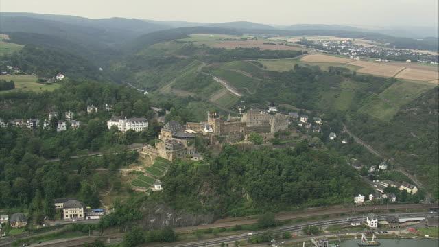 vidéos et rushes de aerial burg rheinfels castle, sankt goar, rhineland-palatinate, germany - xiiième siècle