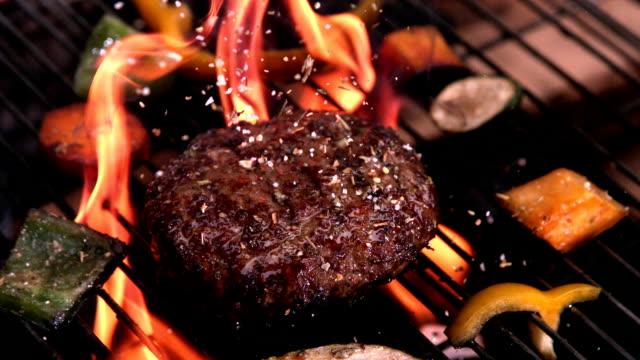 ブルジェている熟練のサイバーベキュー - ハンバーグ料理点の映像素材/bロール