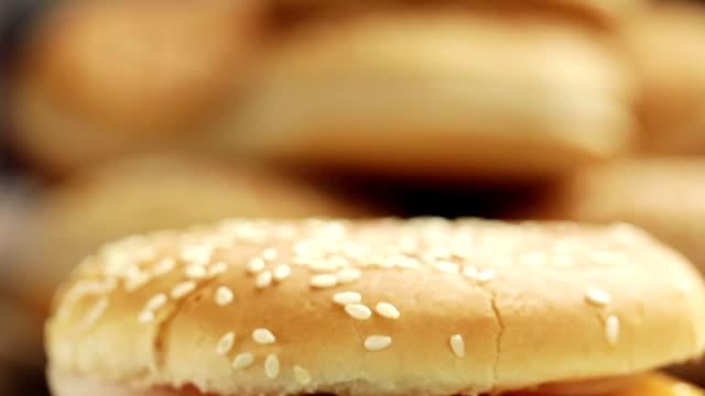 vídeos y material grabado en eventos de stock de hamburguesa - grupo mediano de objetos
