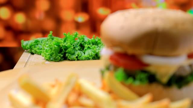 ハンバーガーとフライドポテト - 塩味スナック点の映像素材/bロール