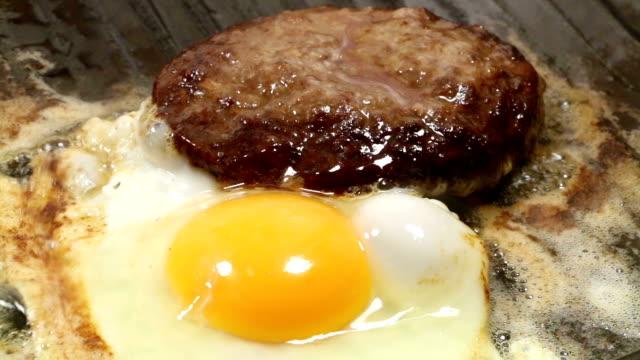 stockvideo's en b-roll-footage met burger with fried egg - gebakken ei
