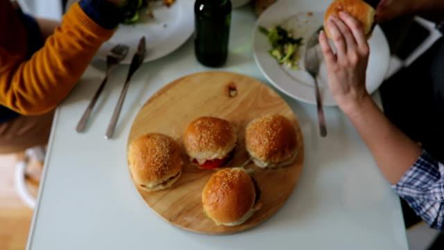 stockvideo's en b-roll-footage met hamburgers en bier - burger menselijke rol