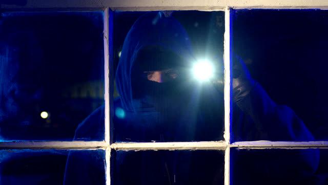 vídeos y material grabado en eventos de stock de ladrón rompiendo ventana en cámara lenta - ladrón de casas