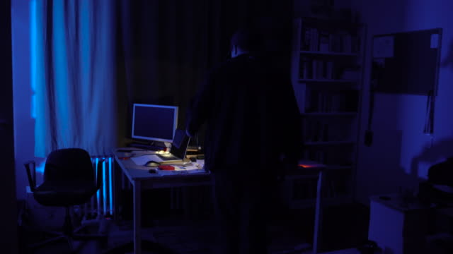 vídeos de stock, filmes e b-roll de assaltante em casa à noite - roubando crime