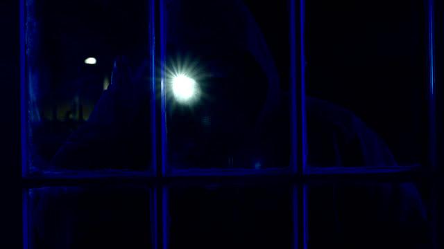 vídeos y material grabado en eventos de stock de ladrón en la ventana - ladrón de casas