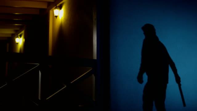 vídeos y material grabado en eventos de stock de burglar intruding in the house from backyard at night - ladrón de casas