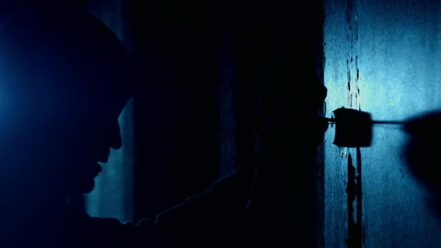 vídeos y material grabado en eventos de stock de burglar or thief breaking the lock with lock-picker - ladrón de casas