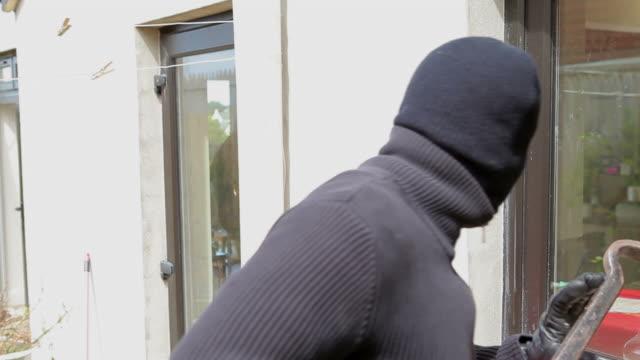 burglar try to break into the house - bar点の映像素材/bロール