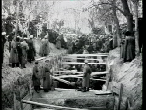1917 b/w ws burial ceremony for victims of the russian revolution killed on 17 march in field of mars/ moscow, russia - russia stock videos & royalty-free footage