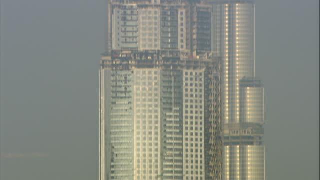 ms tu burj dubai under construction, dubai, united arab emirates - kran stock-videos und b-roll-filmmaterial