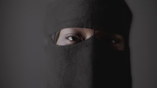 stockvideo's en b-roll-footage met burka , teen eyes - hoofddeksel