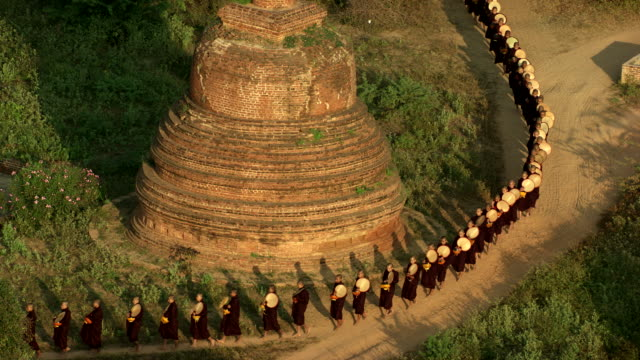 burma-myanmar : monks walking around the temple - randonnée pédestre stock videos & royalty-free footage