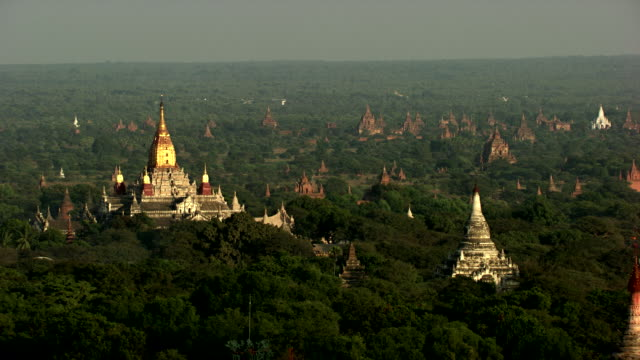 burma-myanmar : temple with golden roof and temple brown in the forest - myanmar video stock e b–roll
