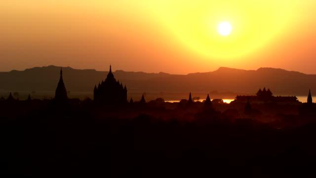 vídeos de stock, filmes e b-roll de burma-myanmar : temples at sunset - alto contraste