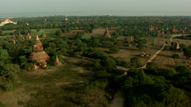 burma-myanmar : wide shot of the monks walking around the temple - spiritualité stock videos & royalty-free footage