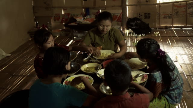 vídeos y material grabado en eventos de stock de f/s burmese family (mother and children) having lunch in a rural home - familia con cuatro hijos