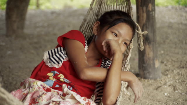 m/s burmese girl in a hammock - hand am kinn stock-videos und b-roll-filmmaterial