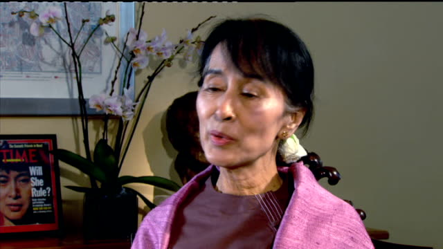 vídeos y material grabado en eventos de stock de burmese opposition leader aung san suu kyi returns to city of oxford; aung san suu kyi interview sot - but i think that in the end one decides what... - perdón