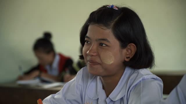 m/s burmese teenage girl in class - ミャンマー点の映像素材/bロール