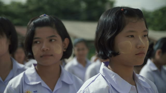 m/s burmese teenage girls during the school's review w/ thai anthem - myanmar stock-videos und b-roll-filmmaterial